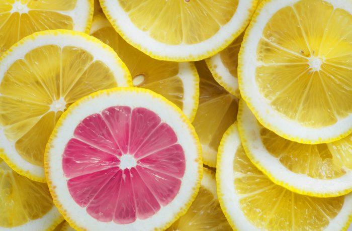 Zitronen, eine davon pink